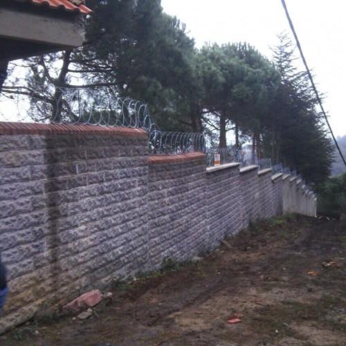 Duvar üstü düzlemsel jiletli tel uygulaması