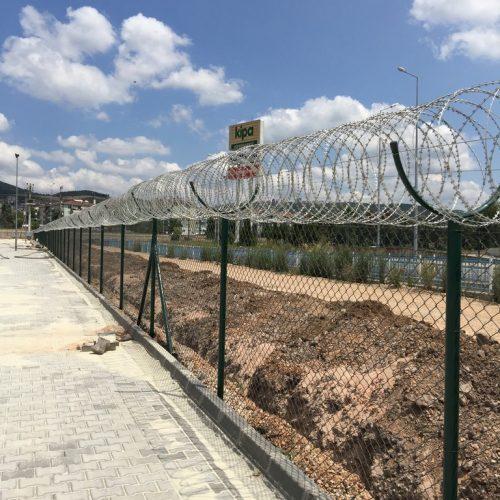 panel çit üstü helezon jiletli tel uygulaması