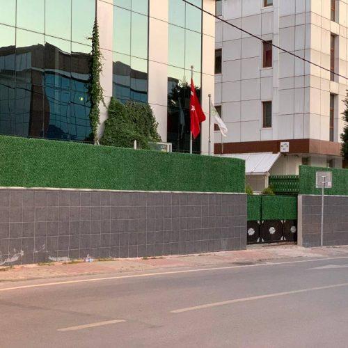 Ümraniye Pikare Koleji çimenli çit uygulaması